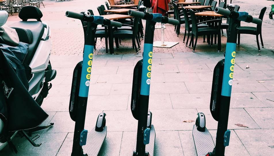 Patinets de la companyia Wind aparcats al madrileny barri de Chueca.