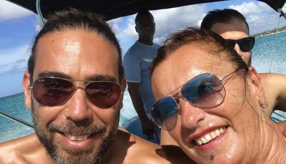 Alicia Tarragó i Joan Cabrero, a bord d'una embarcació a la República Dominicana.