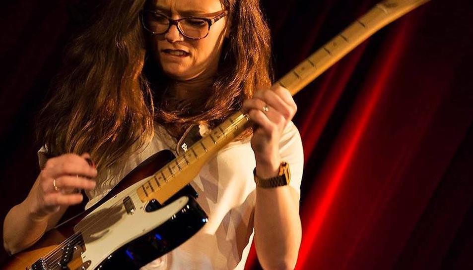 Carlota López van de Logt tocant la guitarra.