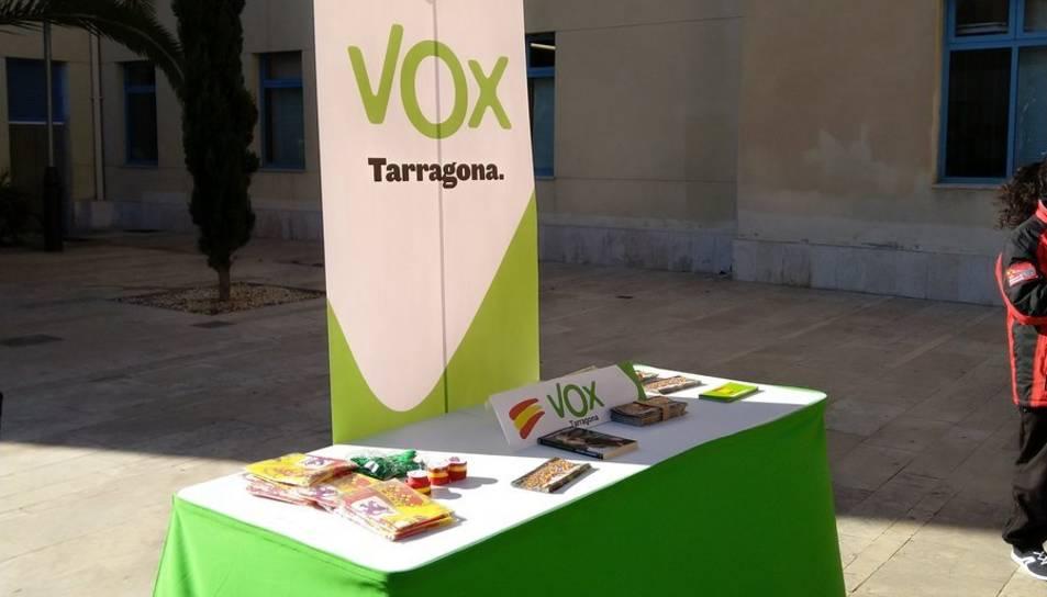 Imatge d'una taula informactiva de Vox a Reus.