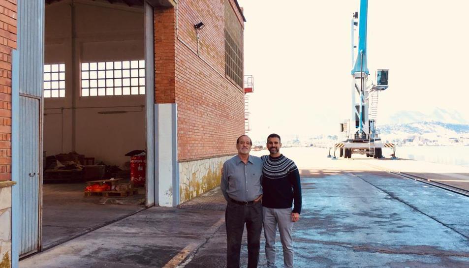 Els responsables de la drassana davant la nova nau on reprendran l'activitat de construcció naviliera.