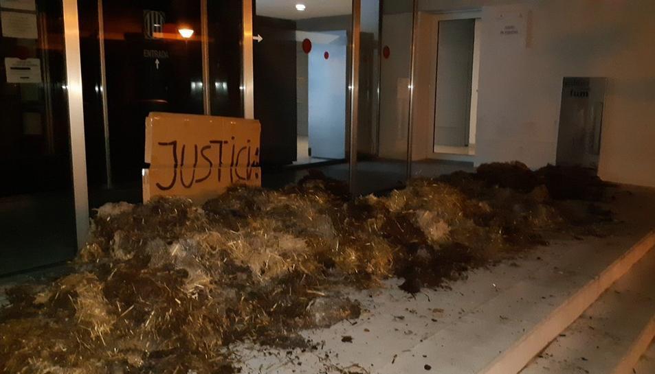 Imatge dels jutjats de Figueres amb porqueria a la porta.