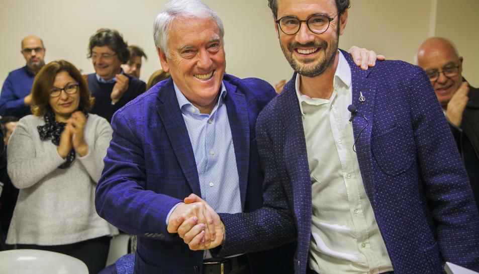El nou alcalde Pere Segura encaixant la mà al seu antecessor Josep Poblet.