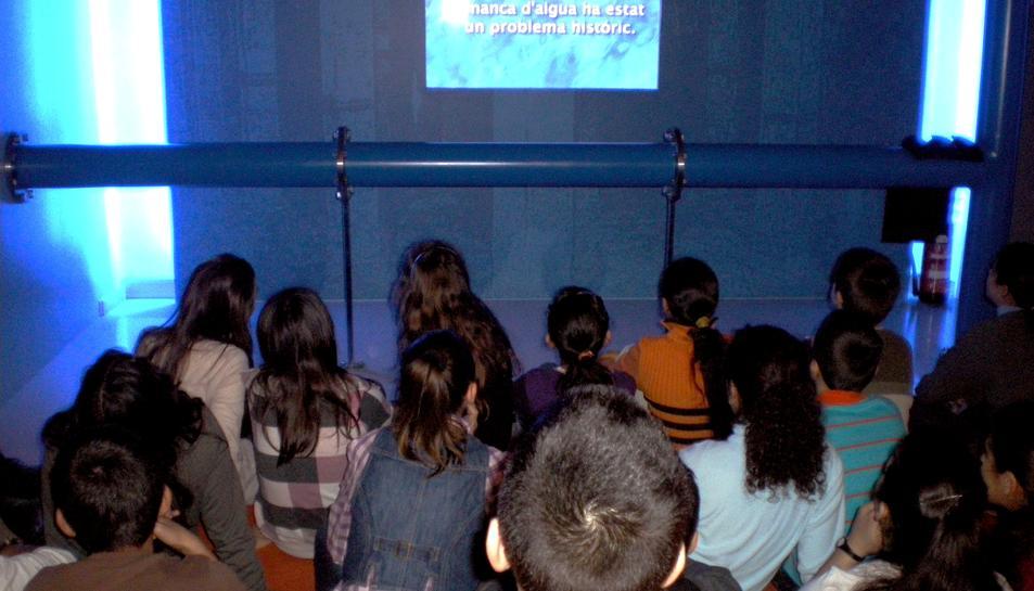 Foto d'una visita d'escolars a l'Espai Aigua.