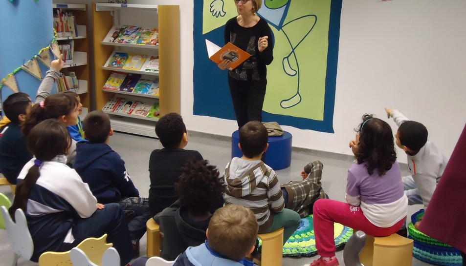 Imatge d'una sessió de lectura a la biblioteca de Cambrils.