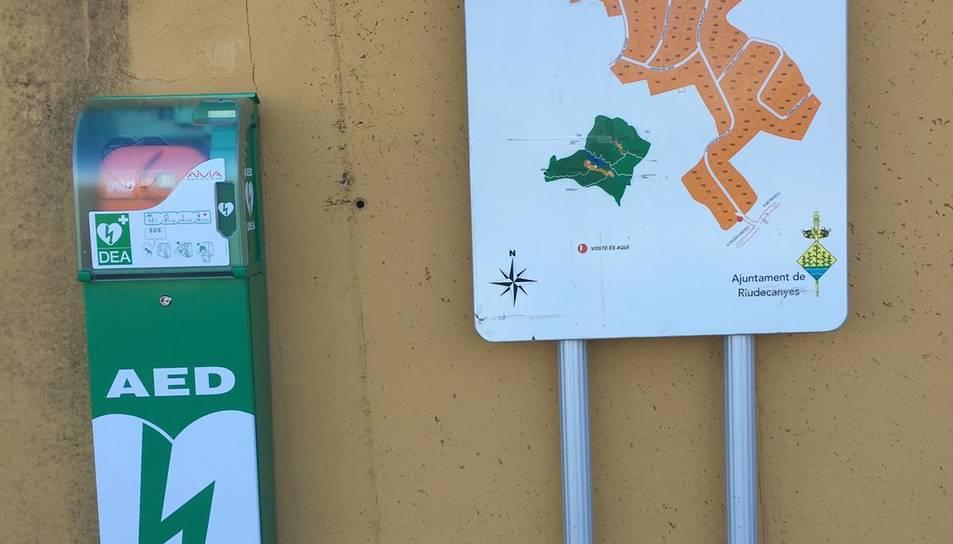 Imatge del desfibrilador instal·lat a la urbanització de Montclar.