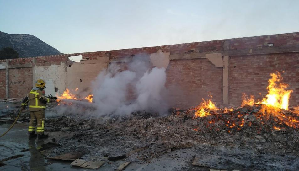 Imatge de l'incendi a l'antiga granja de pollastres d'Alcover.