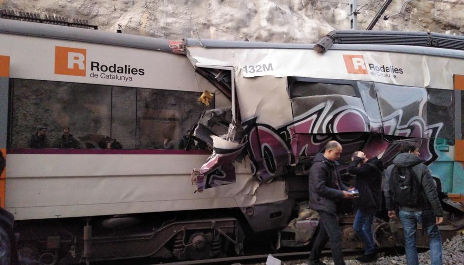 Estat en que ha quedat un dels trens després del xoc.