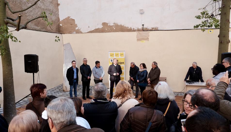 L'alcalde de Reus, Carles Pellicer, acompanyat de la regidora de Participació, Ciutadania i Transparència, Montserrat Flores, i altres membres del consistori.