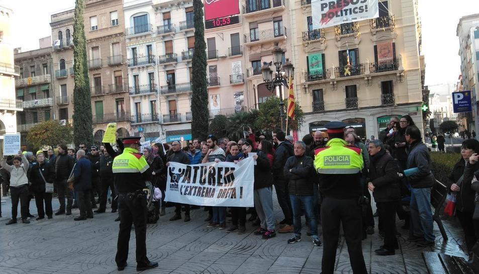 Prop de 300 persones han protestat contra la taula informativa de VOX