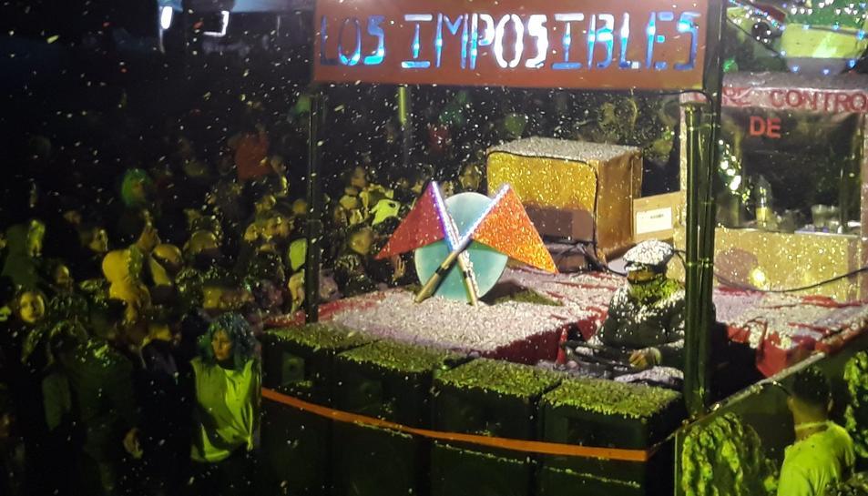 Fins a 25 tones de confeti van banyar els més de 30.000 espectadors