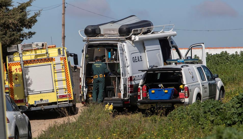 Els serveis d'emergències treballant en el rescat del cadàver