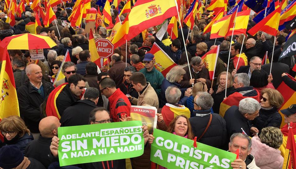 La concentració a la Plaça Colom de Madrid per exigir eleccions a Pedro Sánchez i reclamar una «Espanya unida».