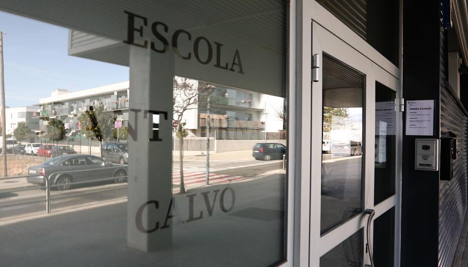 El centre ja fa servir la 'v' als vidres de l'accés, al segell i a tota la documentació.
