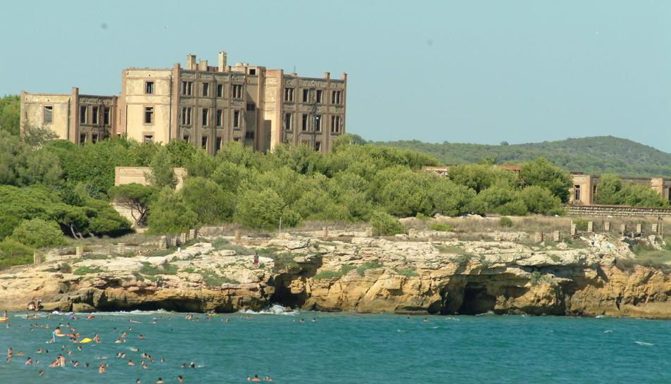Conjunt d'edificis de l'antic preventori i de la finca de la Savinosa vistos des del mar.