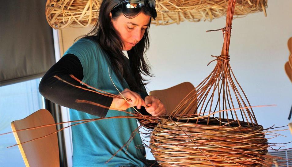 L'Anna Sínia viu i treballa a Vimobdí, ensenya com crear peces úniques amb aquest material.
