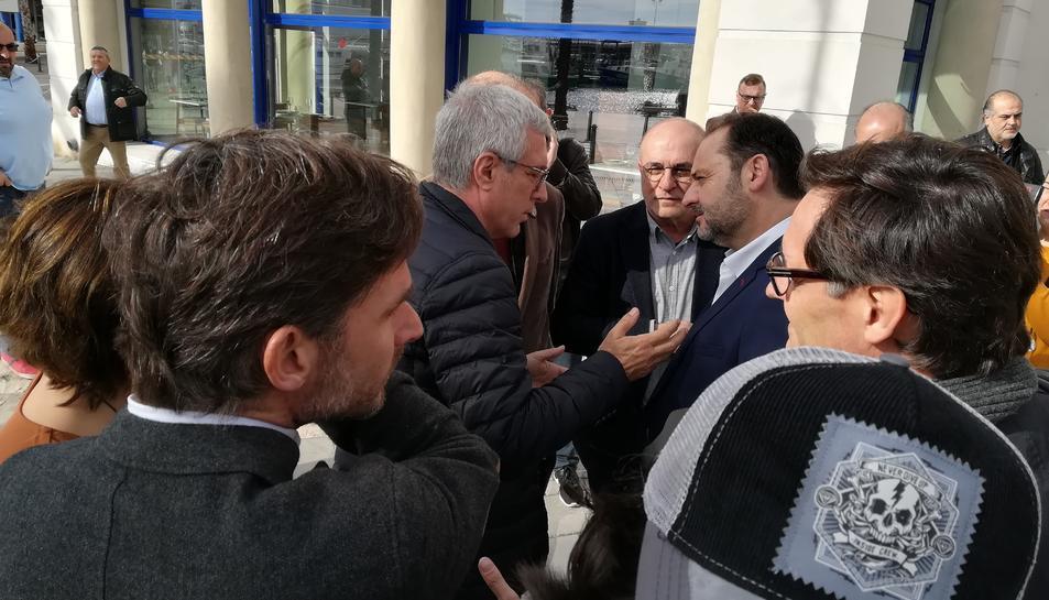 Ballesteros conversa amb Ábalos a les portes del Teatret del Serrallo, en la trobada del diumenge.