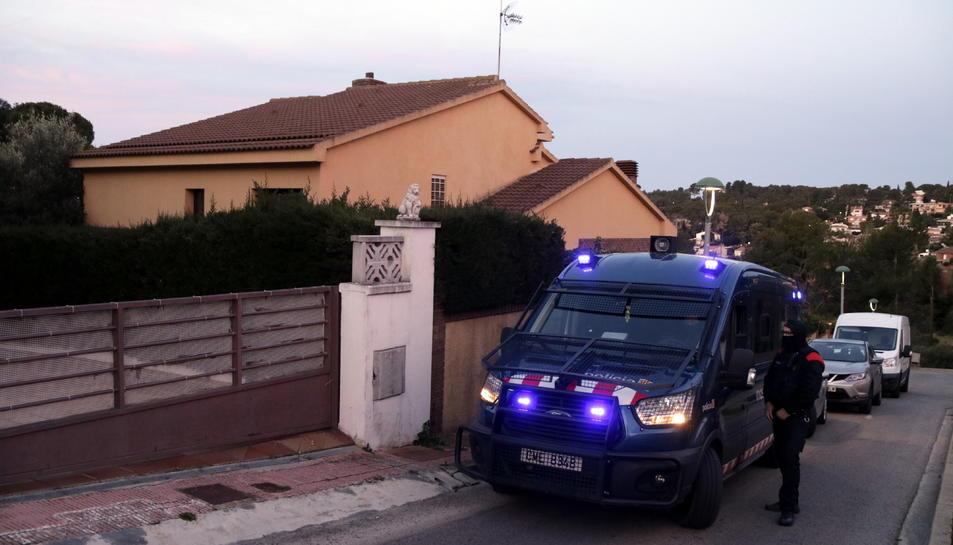 Els Mossos d'Esquadra al davant d'un xalet que amagava una plantació indoor de marihuana a la urbanització Monnars de Tarragona.