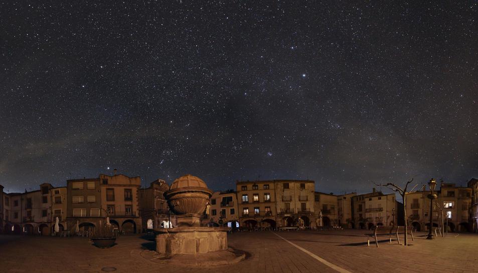 Pla general de la plaça Major de Prades a les fosques, sota el cel estrellat. Imatge publicada l'11 de febrer del 2019