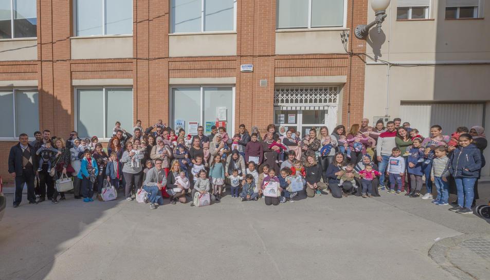 Foto de família de l'acte de benvinguda als nens i nenes nascuts el 2018 a Constantí.