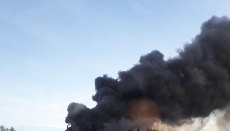 Imatge de la visible columna de fum negre que ha causat l'incendi.