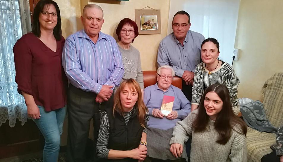 Fotografia de família durant l'acte d'homenatge de la centenària Teresa Subirats.