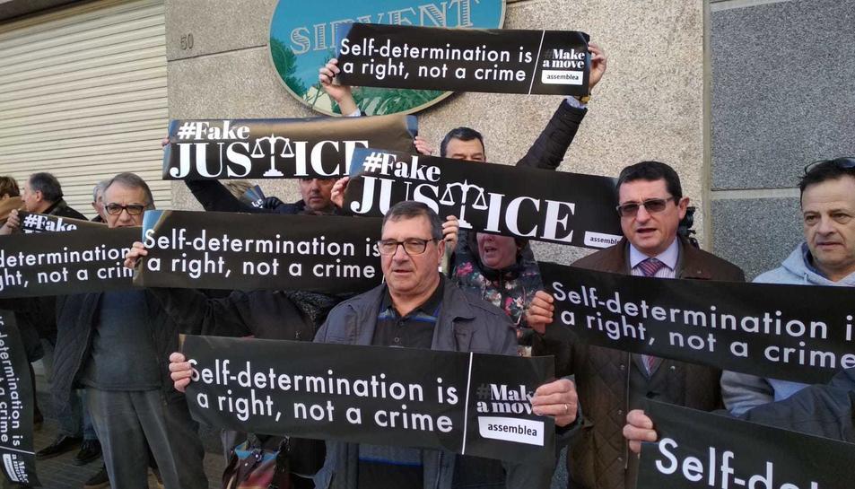 Imatge del grup de persones concentrat davant els jutjats per donar suport als veïns de l'Alt Camp investigats per l'1-O.