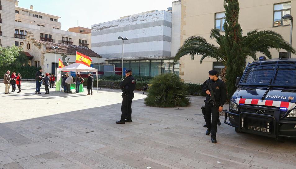 Imatge d'agents dels Mossos d'Esquadra desplegats al carrer Sant Joan de Reus, on s'ha instal·lat una taula informativa de Vox.