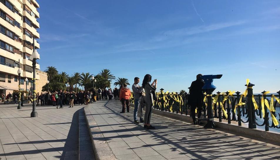 Imatge de llaços grocs al Balcó del Mediterrani.