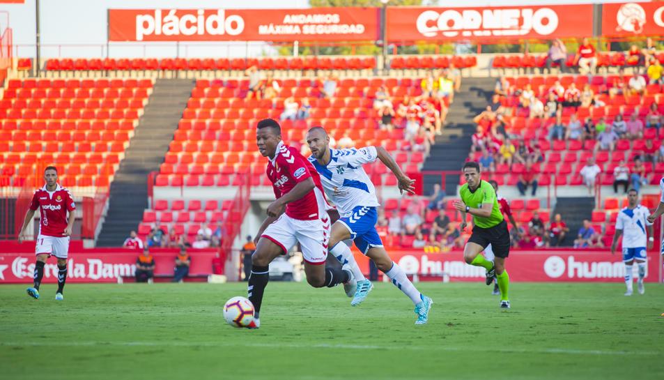 Ike Uche, durant una jugada del partit inaugural de la temporada, quan el Nàstic va rebre al Tenerife.