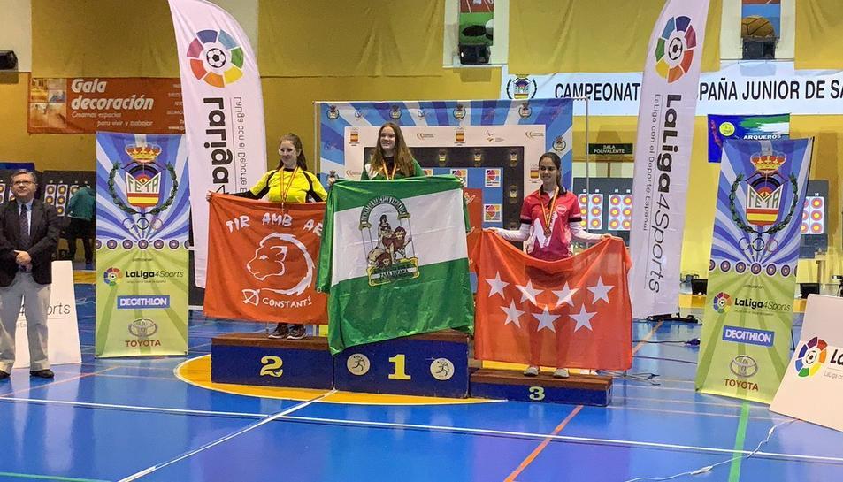 Maria Pitarch, en el segon lloc del podi amb la bandera del club constantinenc.