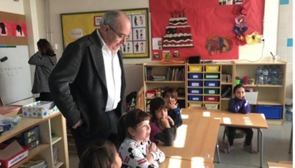 Imatge del conseller Bargalló a l'escola de Cabra del Camp.