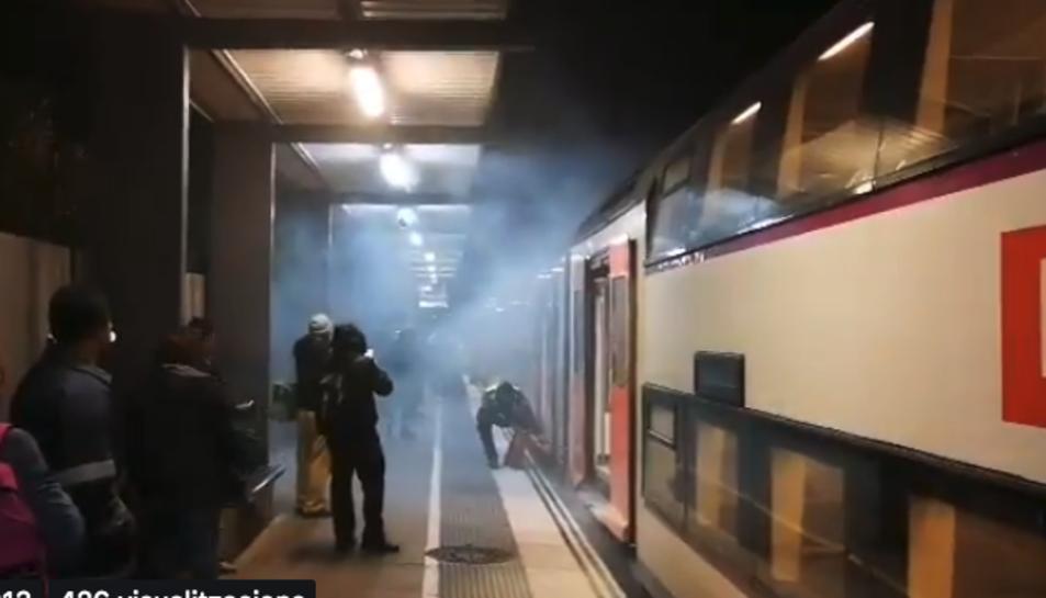 Imatge del fum provocat per la frenada del comboi.
