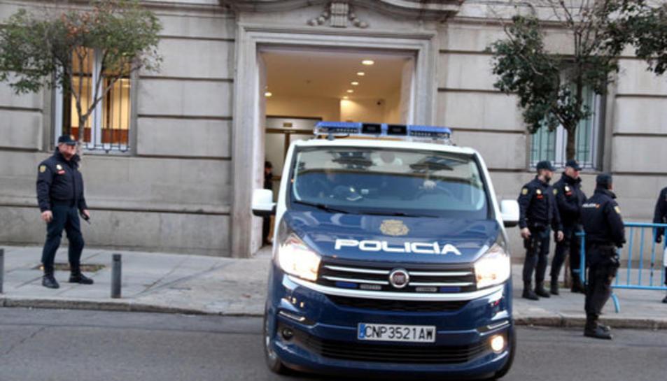 Un furgó de la Policia Nacional portant part dels presos fins a dins del Tribunal Suprem per a la primera sessió del judici.