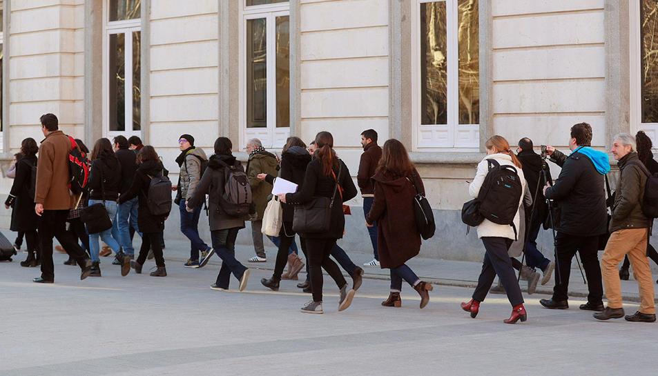 Un grup de periodistes accedint a l'edifici del Tribunal Suprem.