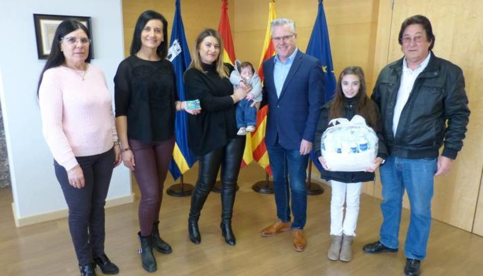 Pere Granados i Júlia Gómez reben a Darío i la seva família a l'Ajuntament.