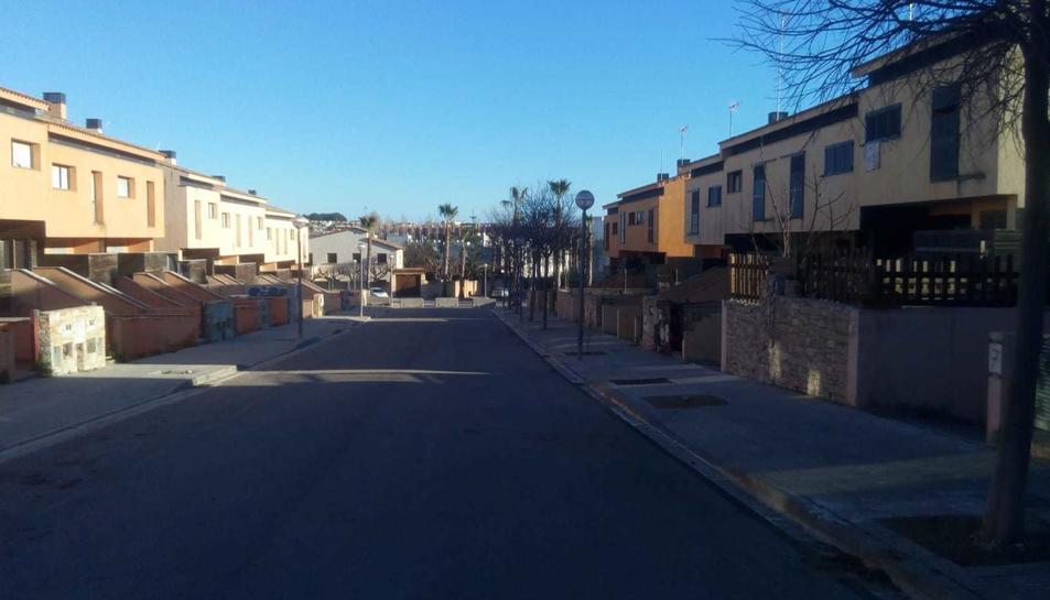 El carrer dels Catúfols, amb els immobles ocupats, tallat aquesta setmana per l'Ajuntament.