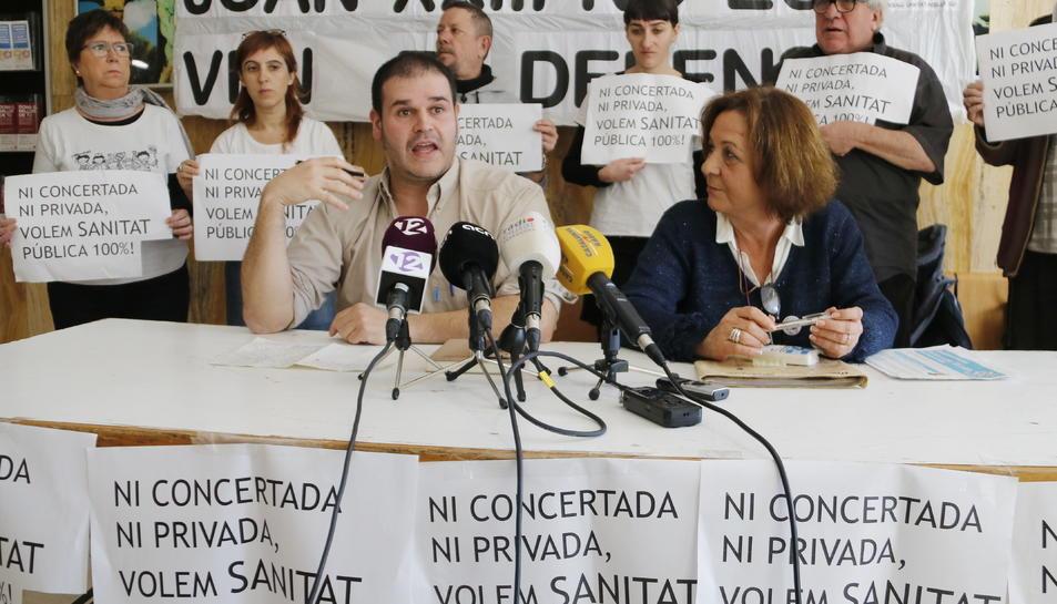 Pla mitjà de Marisa Cañón, membre del Grup de Treball en Defensa de la Sanitat Pública, i de Ferran Mansergas, membre de la Secció Sindical de la CGT de l'Hospital Joan XXIII, en roda de premsa. Imatge del 14 de febrer del 2019