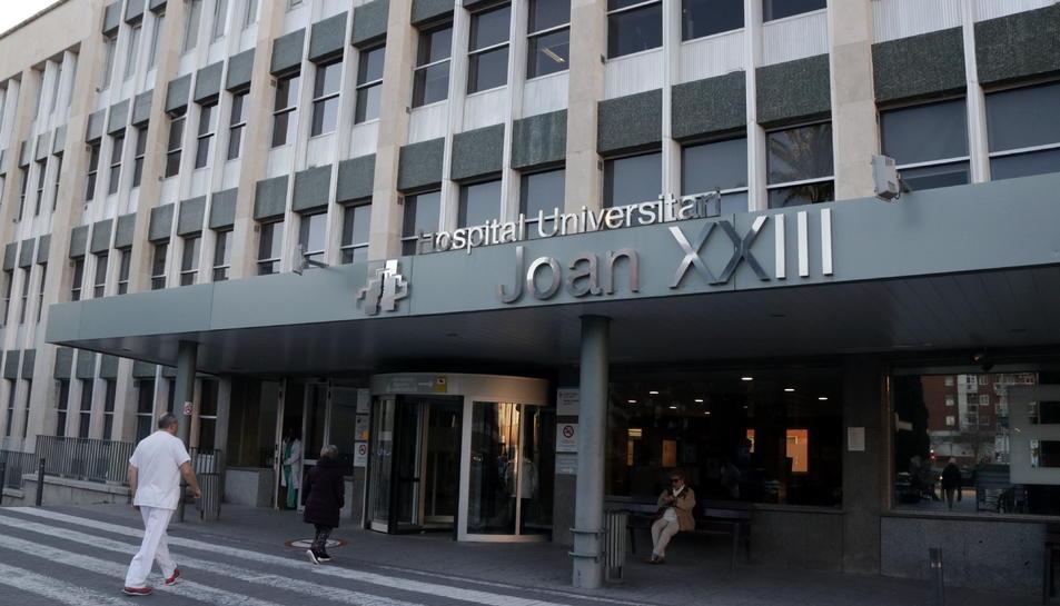 Accés principal a l'Hospital Joan XXIII de Tarragona, amb el rètol amb el nom del centre.