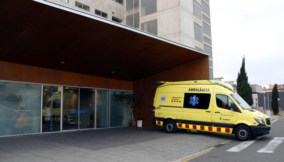 Pla obert d'una ambulància estacionada a l'àrea d'Urgències de l'Hospital Joan XXIII de Tarragona.