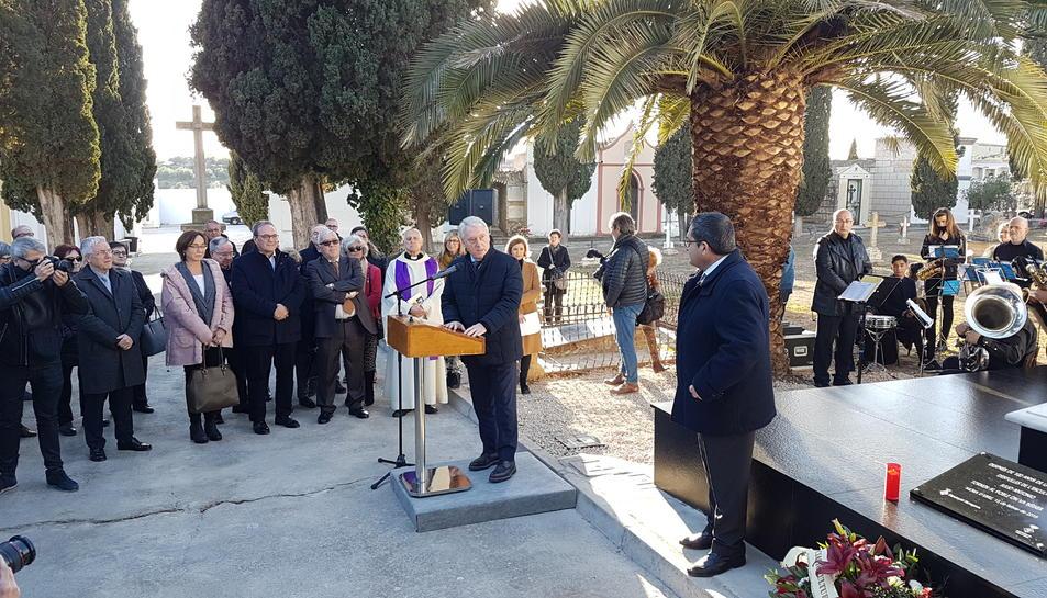 El president de la Diputació, Josep Poblet, i altres autoritats recorden l'escultor a