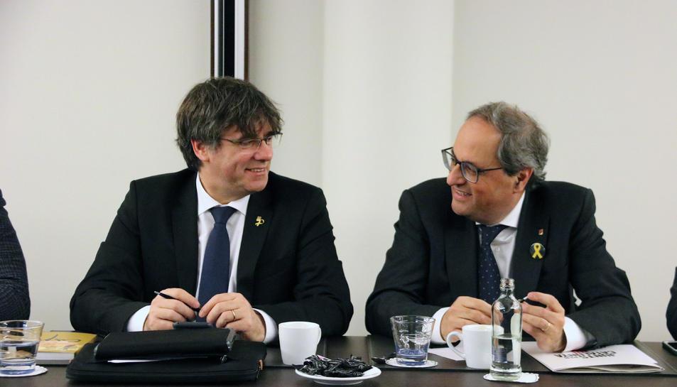 El president Quim Torra i l'expresident Carles Puigdemont durant la reunió del grup parlamentari de Junts per Catalunya a Brussel·les.