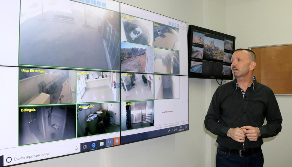 Pla obert del panel de visualització de les càmeres de vídeo vigilància de Calafell.