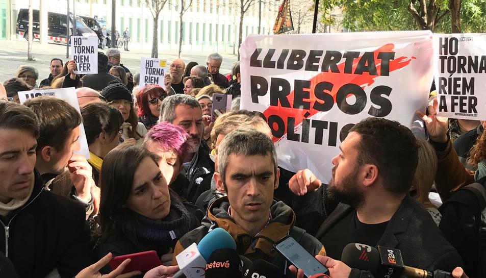 Roger Español, atenent els mitjans després de declarar a la Ciutat de la Justícia.