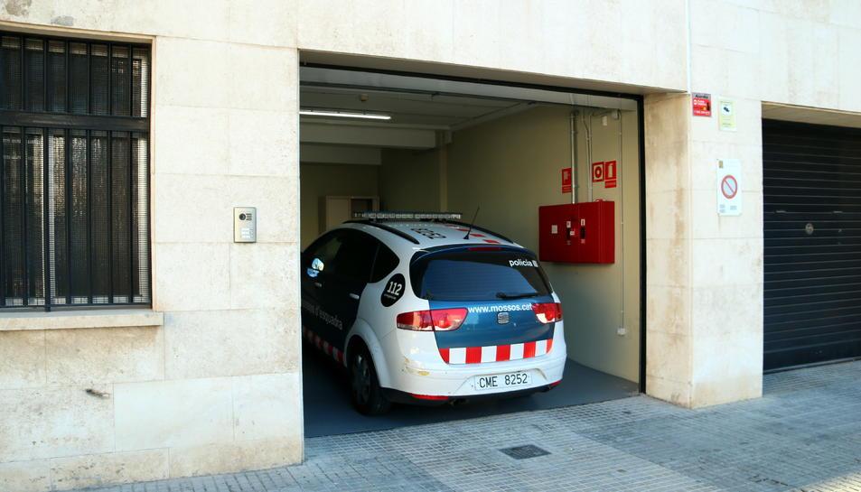 Pla general del vehicle de Mossos d'Esquadra que custodia els pares del nadó d'un mes ingressat a l'Hospital Joan XXIII de Tarragona, en la seva arribada a l'Audiència, on han passat a disposició judicial. Imatge del 16 de febrer del 2019 (Horitzontal).