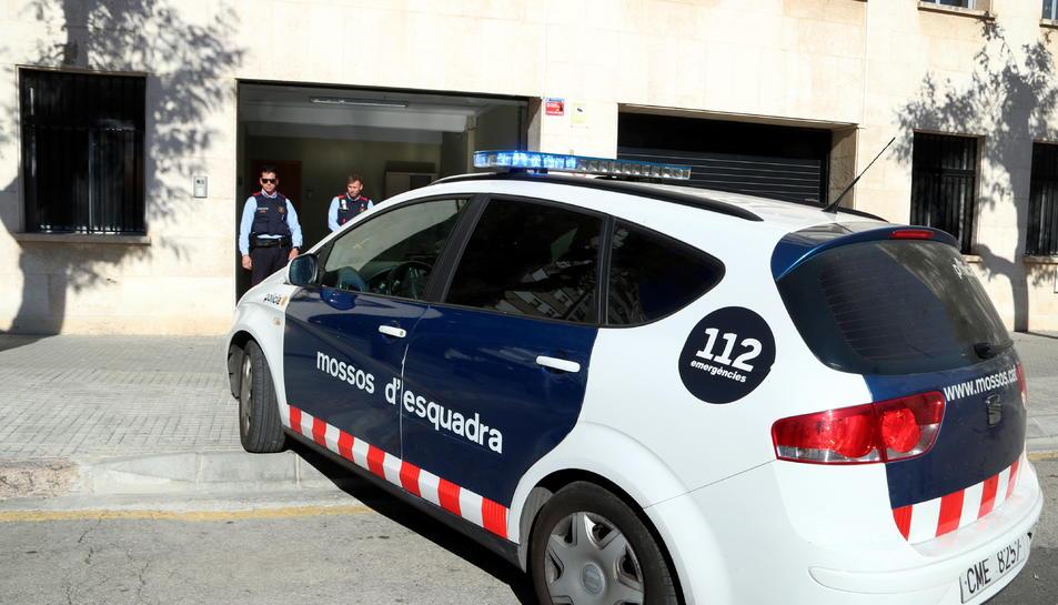 Pla general de la sortida d'un dels vehicles dels Mossos d'Esquadra que trasllada els pares detinguts per presumptes maltractaments al seu nadó després que el jutjat de guàrdia decretés presó provisional. Imatge del 16 de febrer del 2019 (Horitzontal).