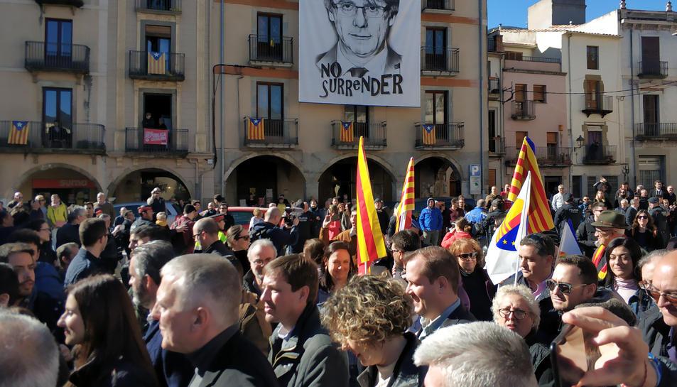 La Plaça de la Vila amb una pancarta de Puigdemont aquest dissabte.