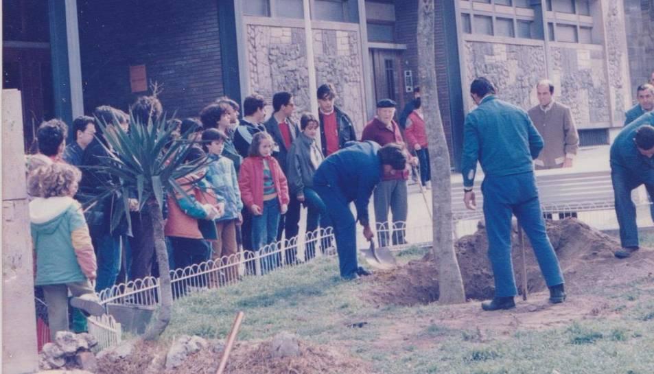 Plantada d'un arbre durant el 15è aniversari.
