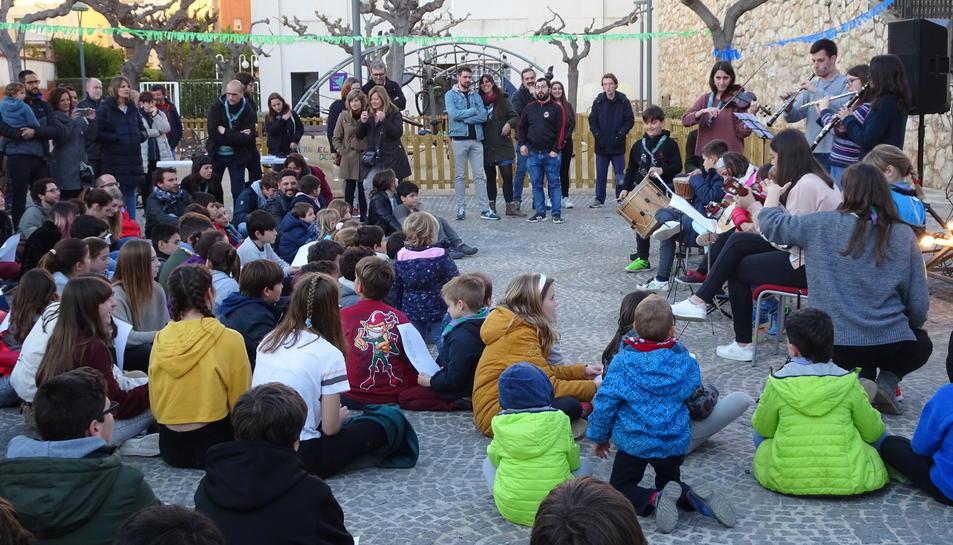 Actuació musical dels infants i els caps durant la festa del 50è aniversari de dissabte.