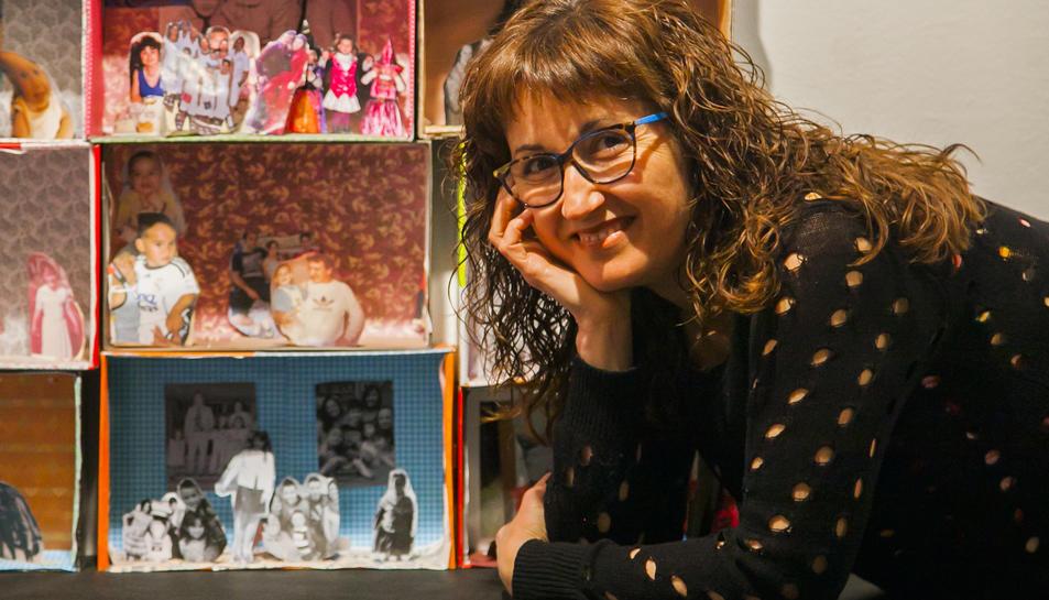Eloïsa Valero a l'exposició de l'Espai Jove Kesse.